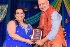 Nisha Bhatia receiving Akhil Chopra Unsung Hero Award  from Anupam Kher