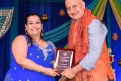 Nisha Bhatia receiving Akhil Chopra Unsung Hero Award  from Anupam Kher