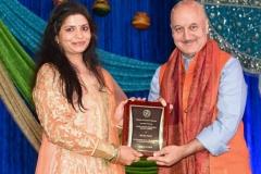 Richa Dixit recieving Akhil Chopra Unsung Hero award from Anupam Kher
