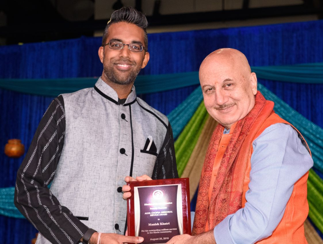 Manish-Khatri-receiving-Akhil-Chopra-Unsung-Hero-Award-by-Anupam-Kher