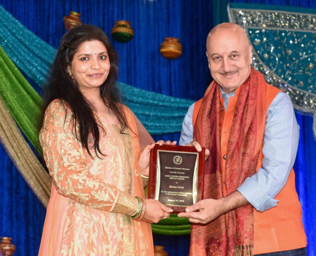 Richa-Dixit-recieving-Akhil-Chopra-Unsung-Hero-award-from-Anupam-Kher